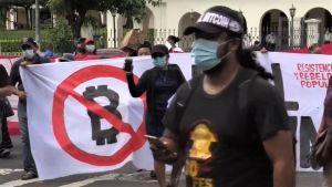 Demonstranter håller Bitcoin-protest utanför El Salvador-parlamentet 101